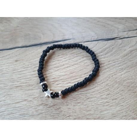 Zwart armbandje op elastiek